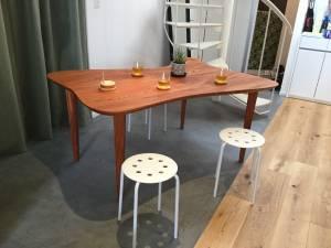 個性的なケヤキテーブル