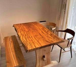 杢が素晴らしいトチ天板と迫力のウオールナットカンターテーブル