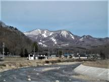 舘岩川と残雪のたかつえスキー場