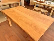 深い色がきれいなサクラのテーブルが出来ました