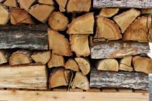 薪小屋2棟完成!薪の積み方も芸術的?